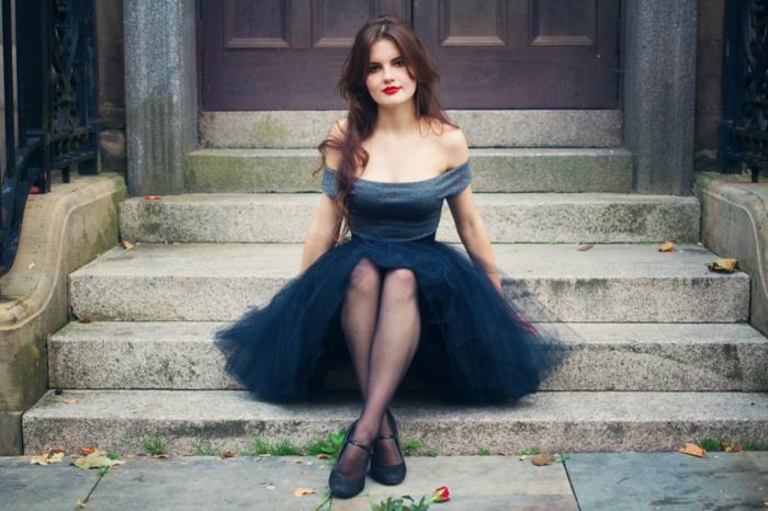 robe de soirée courte chic avec tulle et décolleté original, manches tombées