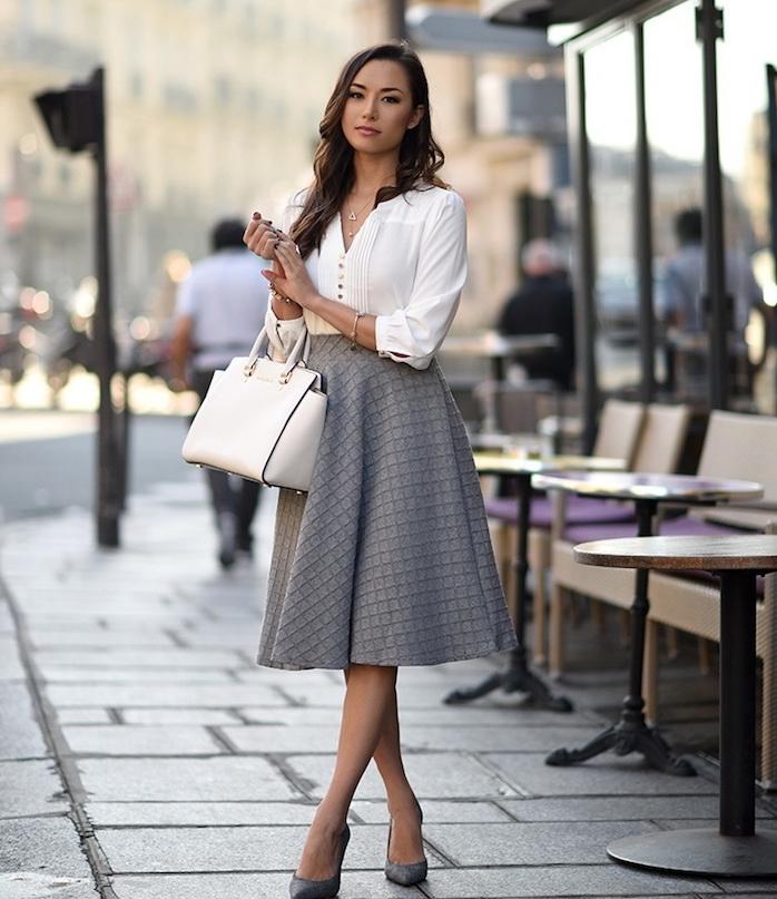 exemple de tenue entretien d embauche femme avec jupe grise, chemise blanche, chaussures élégantes, sac à main blanc tendance
