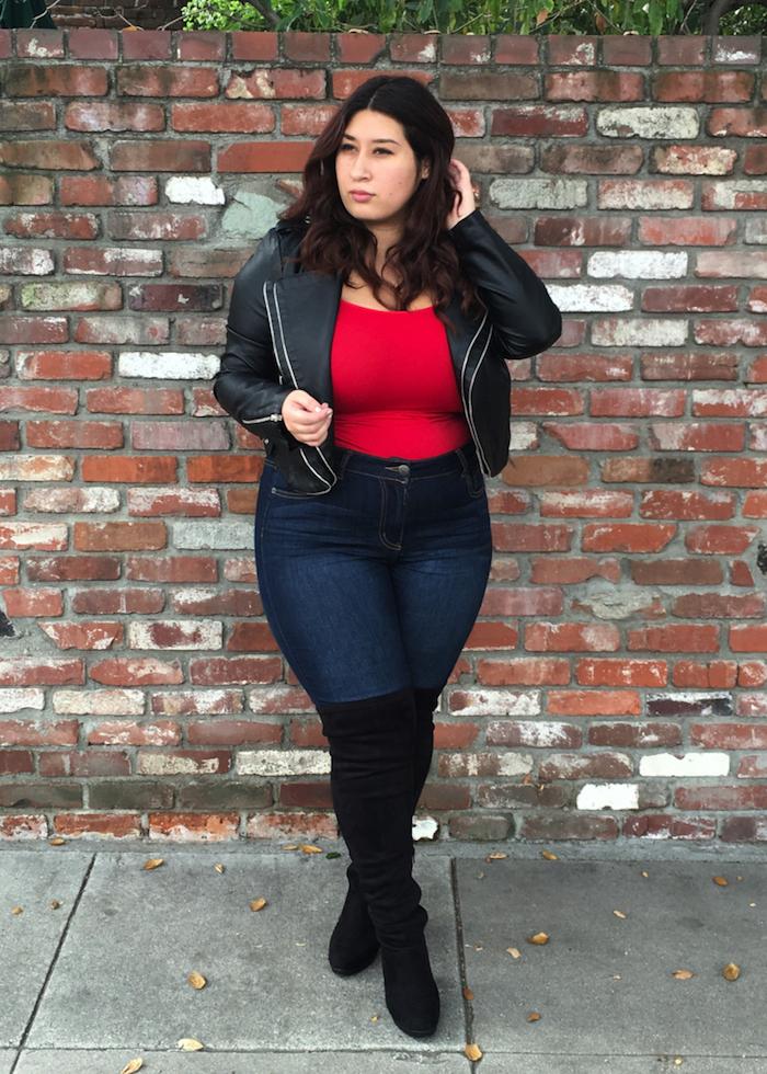idée de tenue femme ronde chic, quelle mode pour les rondes, jean moulant, veste en cuir noir, tee shirt rouge et bottes noires