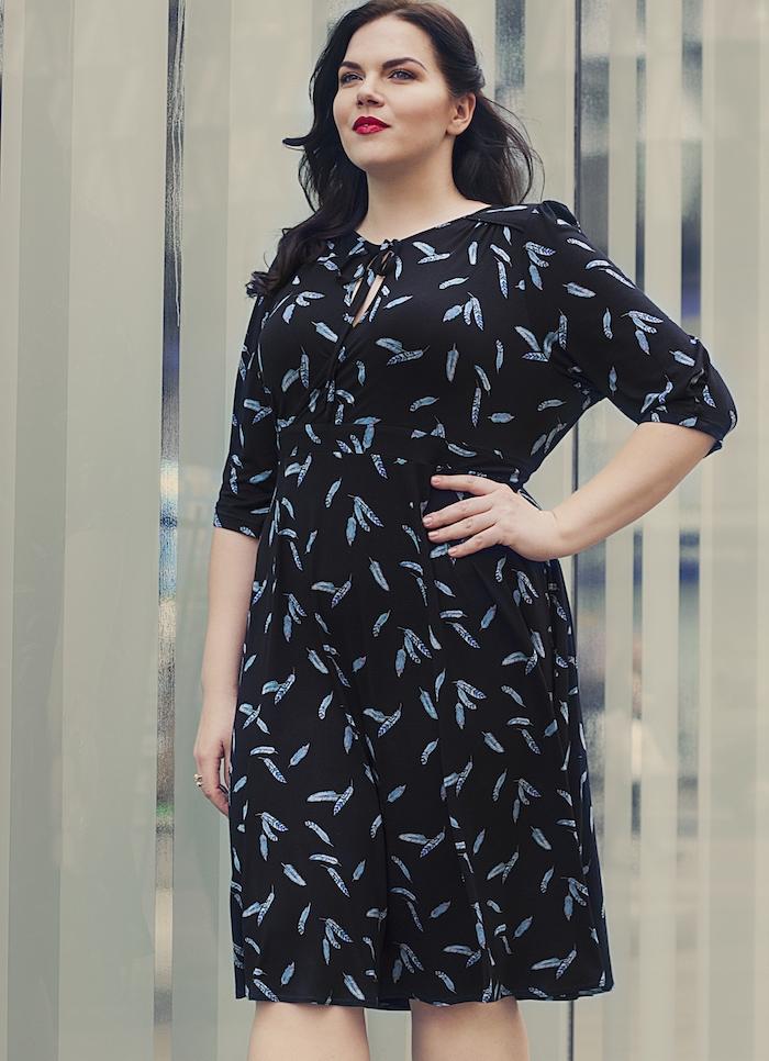 idée de robe grande taille chic noir à motifs bleus à porter tous les jours, coiffure élégante cheveux sur le coté