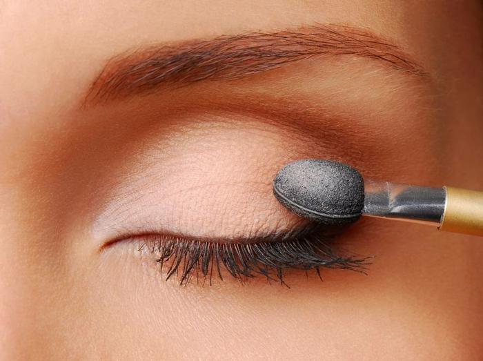 maquillage des yeux neutre, ligne d'eye liner fine, cils maquillés, maquillage esthétique de tous les jours
