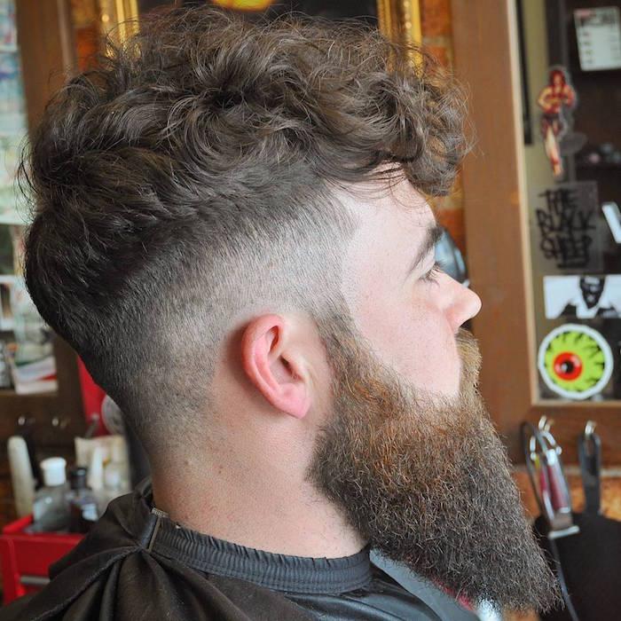 photo barbe hipster chic longue en pointe dégradé et coupe mode long dessus en avant cotés courts pour cheveux bouclés