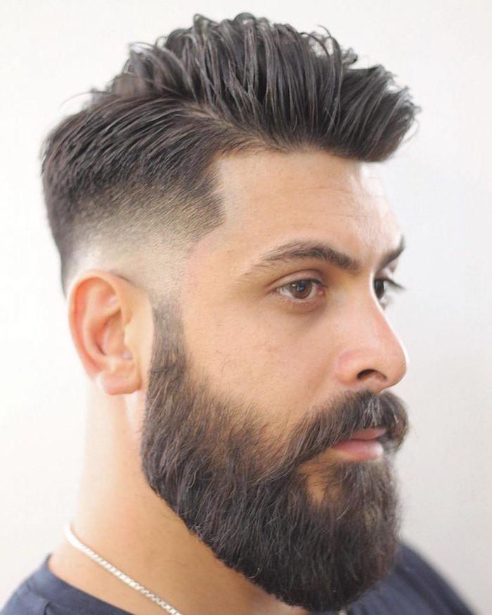 modele de coupe de barbe moderne longue dégradé pattes et joues avec coupe homme tendance