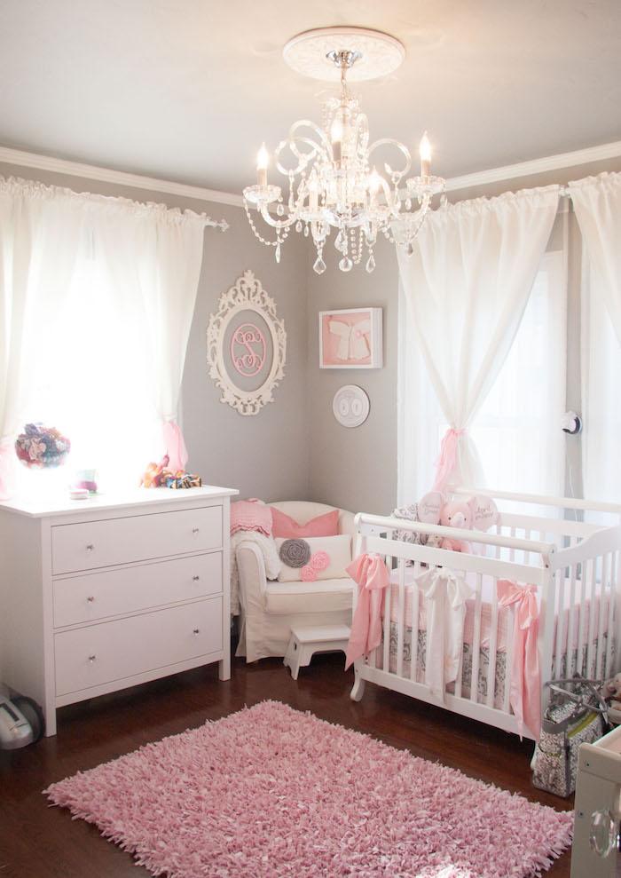 mobilier chambre d enfant et lit bébé dans style classique gris et rose princesse