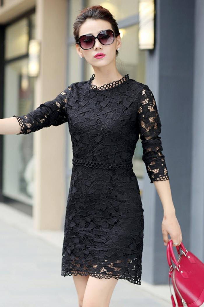 robe de cocktail noire, manches en dentelles, lunettes de soleil et sac rouge