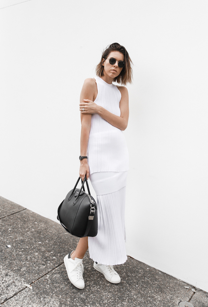 Belle femme bien habillée en blanc robe blanche longue avec basket rose poudré chic tenue avec baskets s habiller pour l été