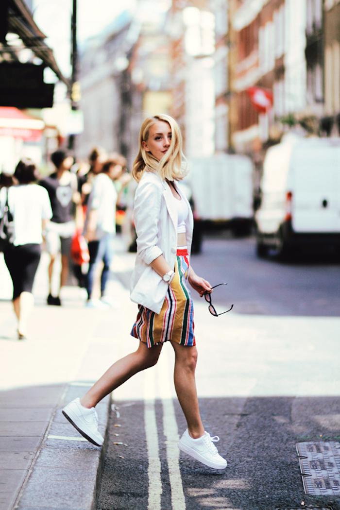 Tennis blanche femme tenue de voyage tenue vacances confotable tenue jupe et veste blanche
