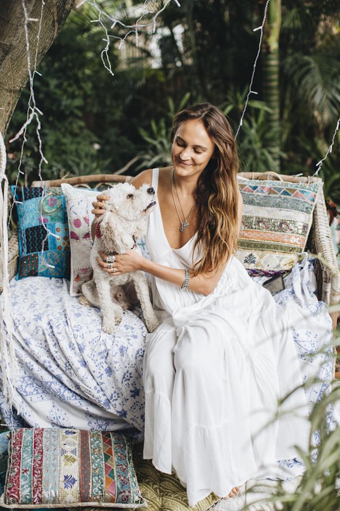 Comment être une femme bien habillée comment porter une robe bohème blanche