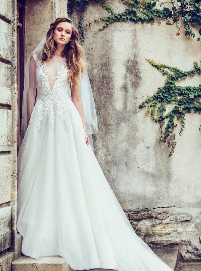 robe de mariée 2018 tendance, jupe évasée et bustier décoré à motifs floraux avec décolleté asymétrique