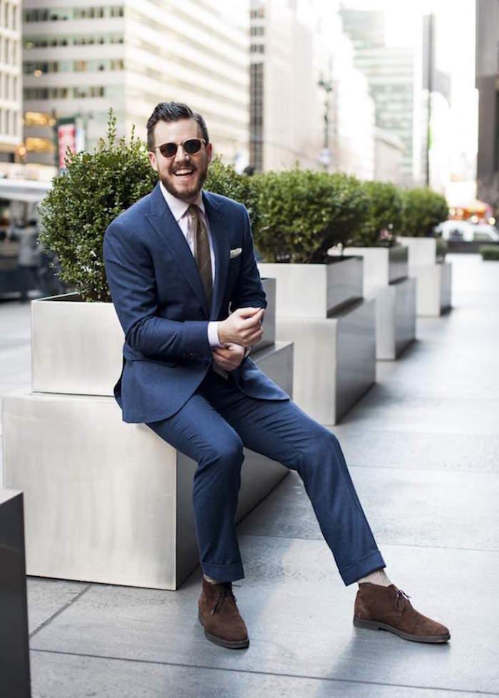 costume bleu marine homme avec chaussures desert boots tendance en cuir marron