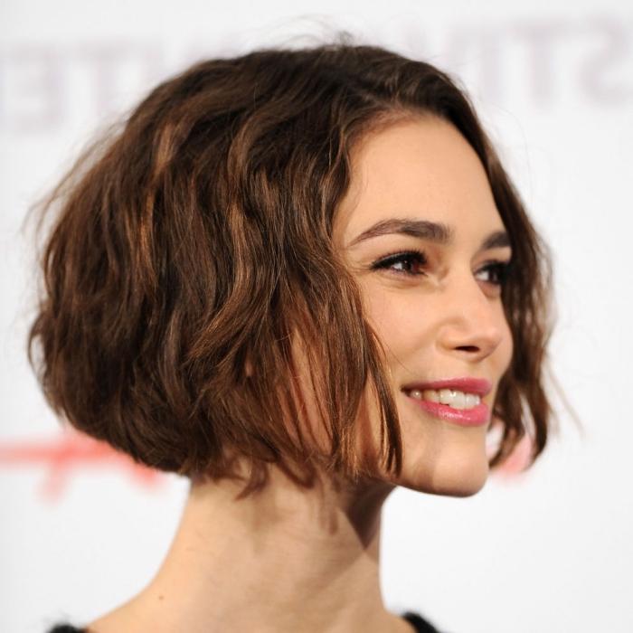 modèle de coupe femme courte en dégradé naturellement ondulé à effet wavy, couleur de cheveux naturelle en châtain foncé
