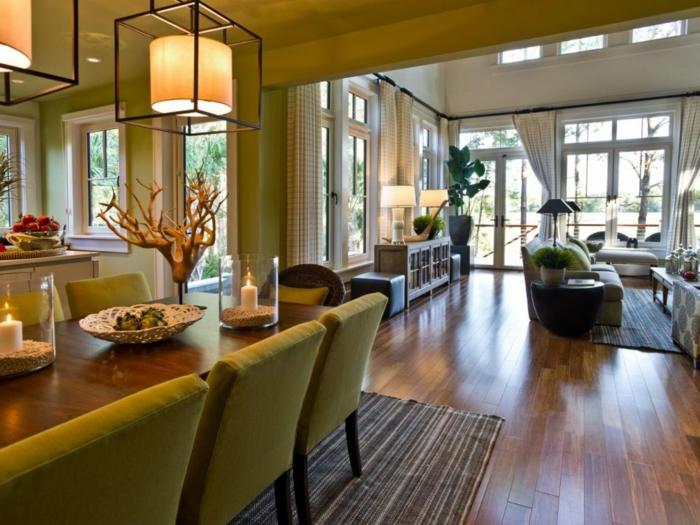 cuisine ouverte sur salon, chaises vertes, tapis rayé, sol en bois, équipement salon moderne, lampes pendantes tendance