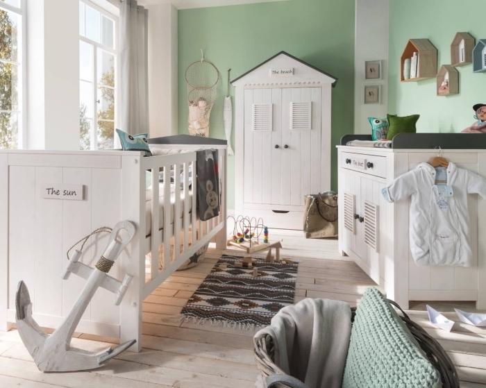 exemple de deco chambre bebe avec murs en vert pâle et plafond blanc, mobilier nouveau né de bois peint en blanc