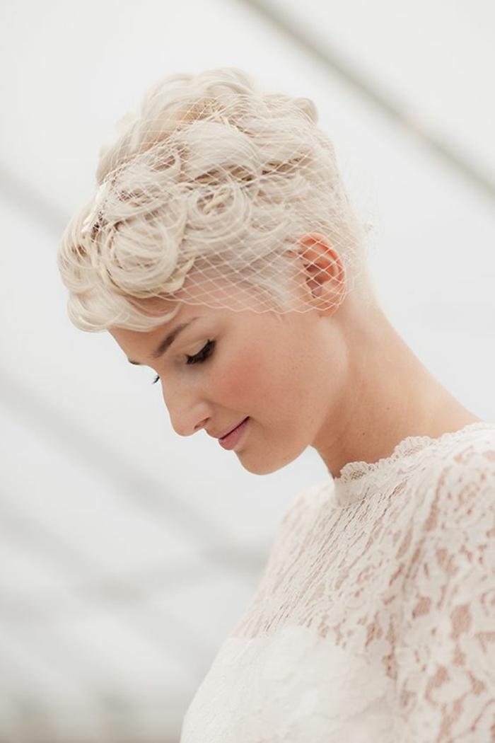 coupe courte, idée coiffure mariage, coiffure mariage boheme, coupe boyish, coloration platinée, boucles en forme de spirales