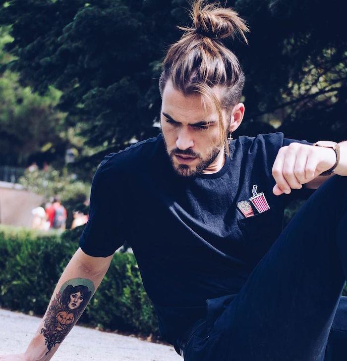 photo coiffure homme cheveux long undercut longs dessus avec chignon man bun top knot et court sur le coté