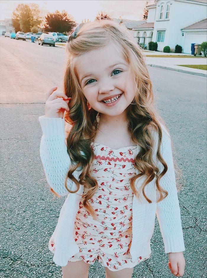 Idée coiffure simple carré petite fille coupe longue degrade adorable fille cheveux longs coiffure bouclé