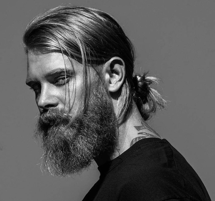 coupe homme cheveux long blond avec queue de cheval man bun chignon et barbe longue style hipster viking