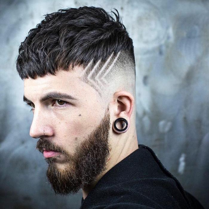 comment tailler sa barbe avec haut en pointe sur les oreilles et coupe homme tendance texturée vers l'avant et cotés courts en fondu