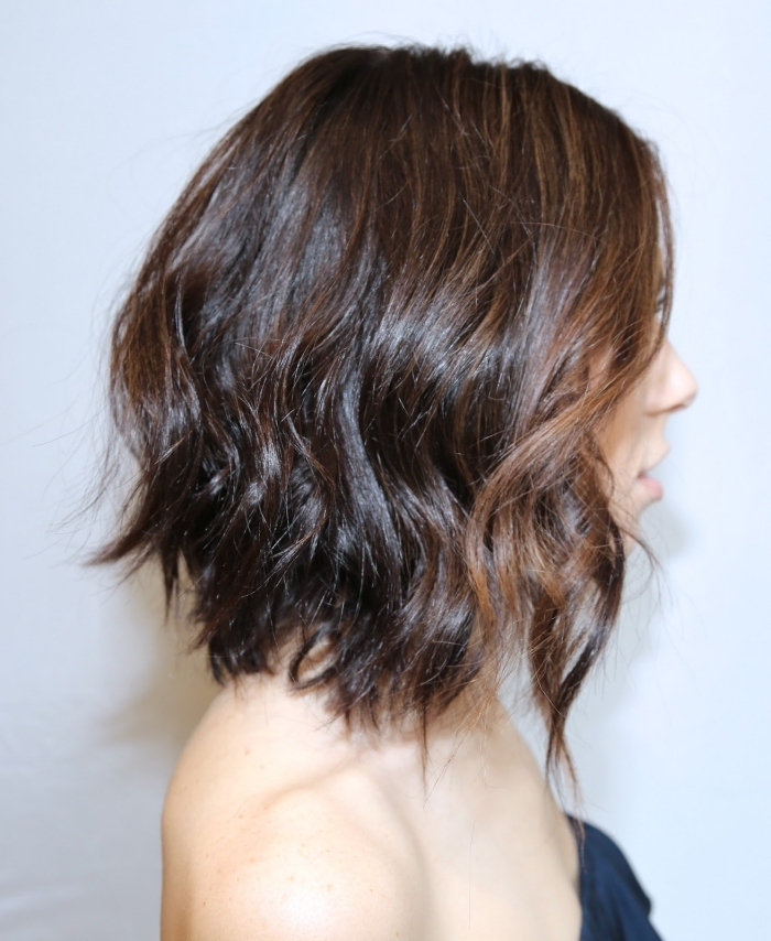 exemple comment porter ses cheveux de manière naturelle avec ondulations à effet wavy sur carré plongeant