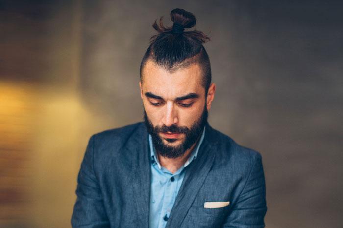 style coiffure cheveux long homme court sur le coté undercut avec man bun chignon