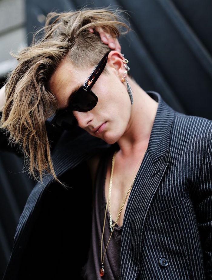 modele à la mode de coupe longue homme blond tendance avec coté court undercut