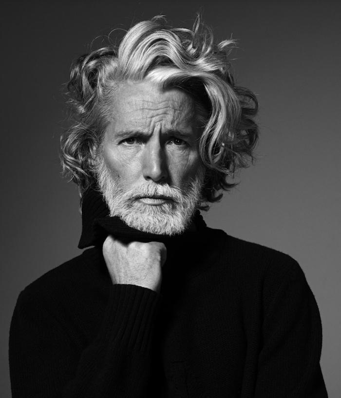 coiffure homme mi long cheveux poivre et sel et barbe blanche