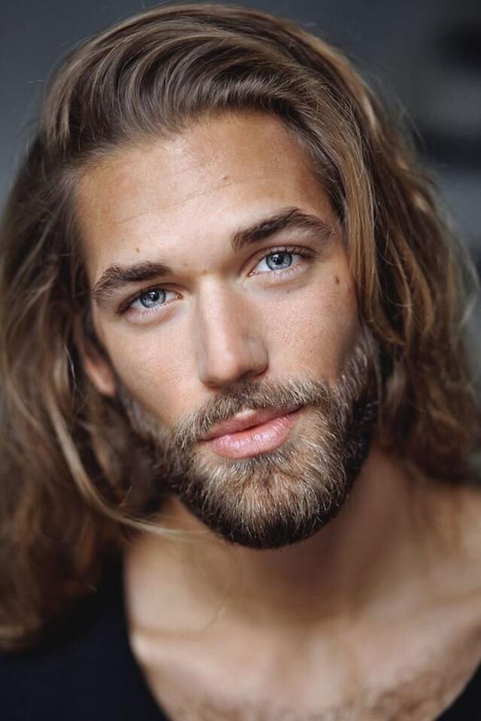 mannequin avec coupe de cheveux homme long blond aux yeux bleus avec barbe courte blonde