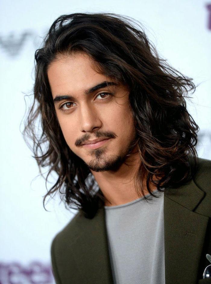 modele coupe longue homme brun aux cheveux epais avec bouc barbe style dartagnan