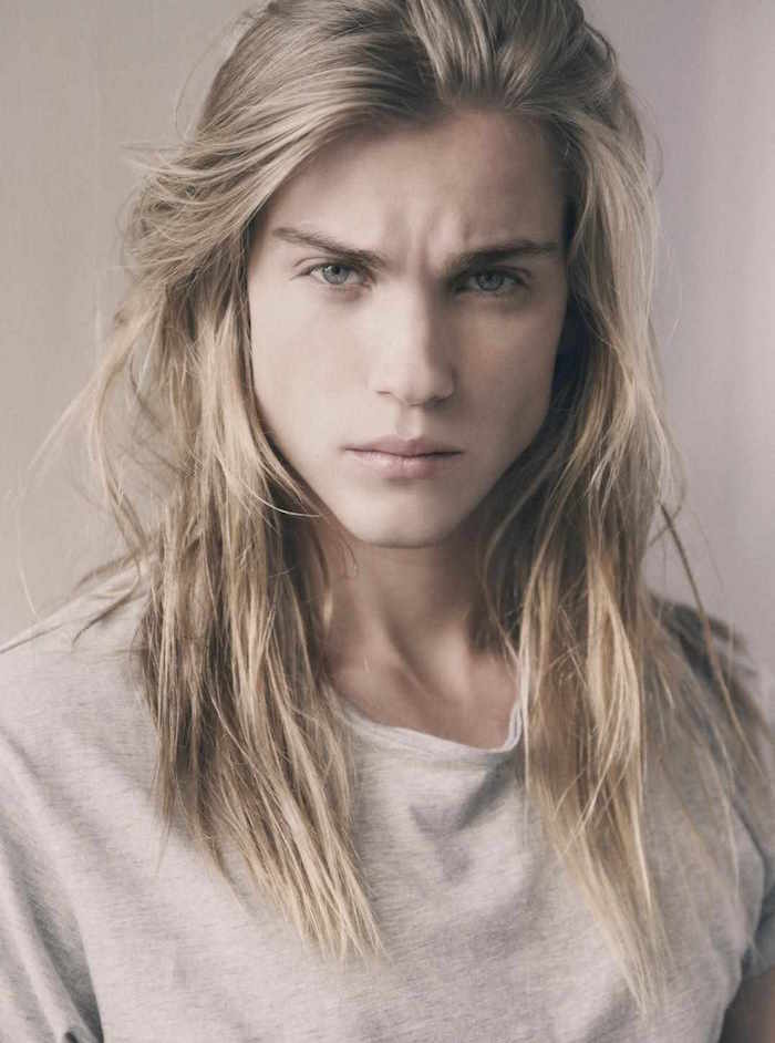 photo de mannequin jeune homme cheveux long blond raide androgine