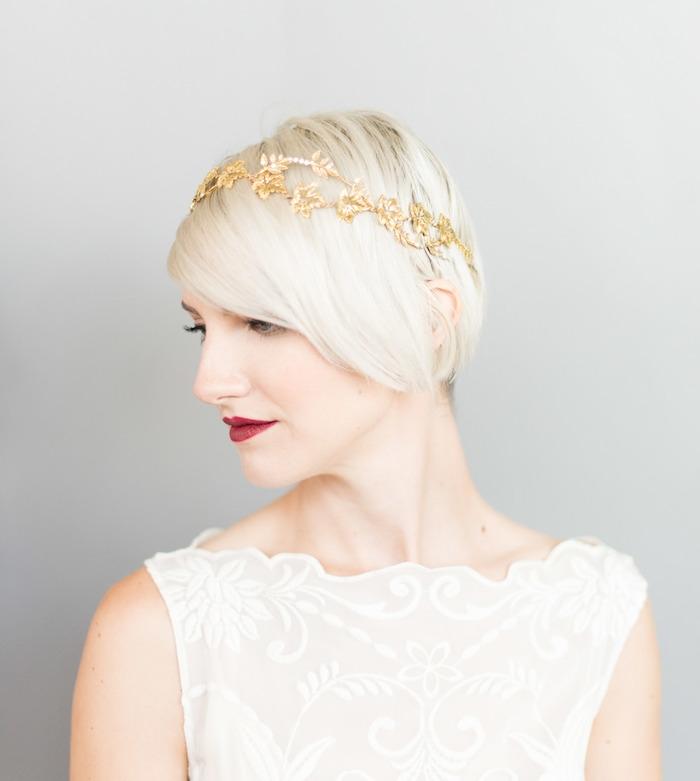 idée coiffure cheveux court coloration blond polaire avec bijou de cheveux branche fleurie or, rouge à lèvres rouge, robe de mariée haut transparent