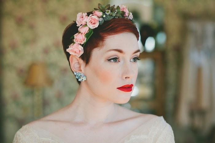exemple de couronne de roses rose sur pixie coloration rouge, coiffure mariage cheveux court, rouge à lèvres rouge