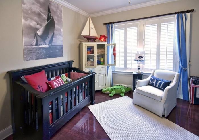 exemple de chambre bébé mixte aux murs beige et plafond blanc avec plancher de bois foncé laqué et lit bébé noir