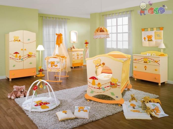quelles couleurs associer dans une pièce nouveau-né unisexe, murs vert pastel avec plafond vert et meubles en jaune et orange
