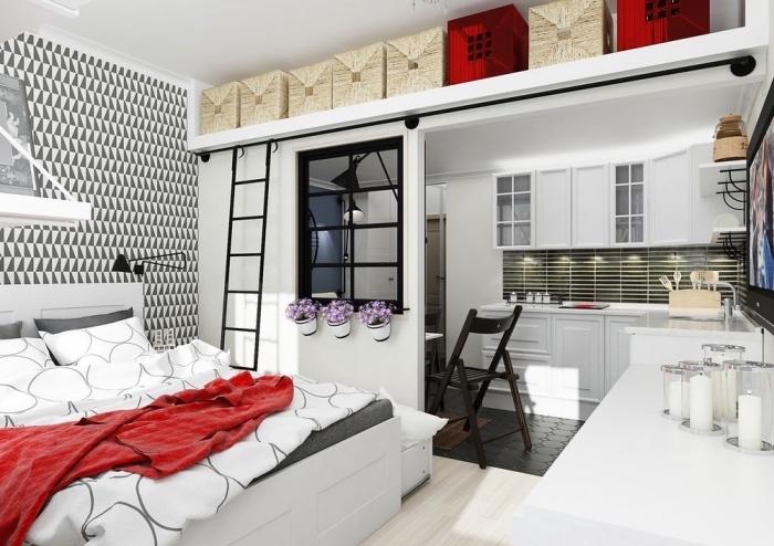 idée rangement dans espace limité avec boîte à couvercle sur étagère sous plafond, déco moderne en blanc et noir avec accents rouge