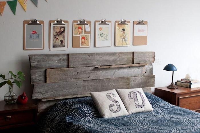 comment fabriquer une tete de lit en bois, planches bois brut, linge de lit bleu, dessins sur un mur blanc