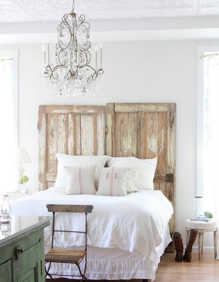 idee tete de lit en vieilles portes grange, linge de lit blanc, lustre baroque élégant, parquet clair, meubles campagne chic