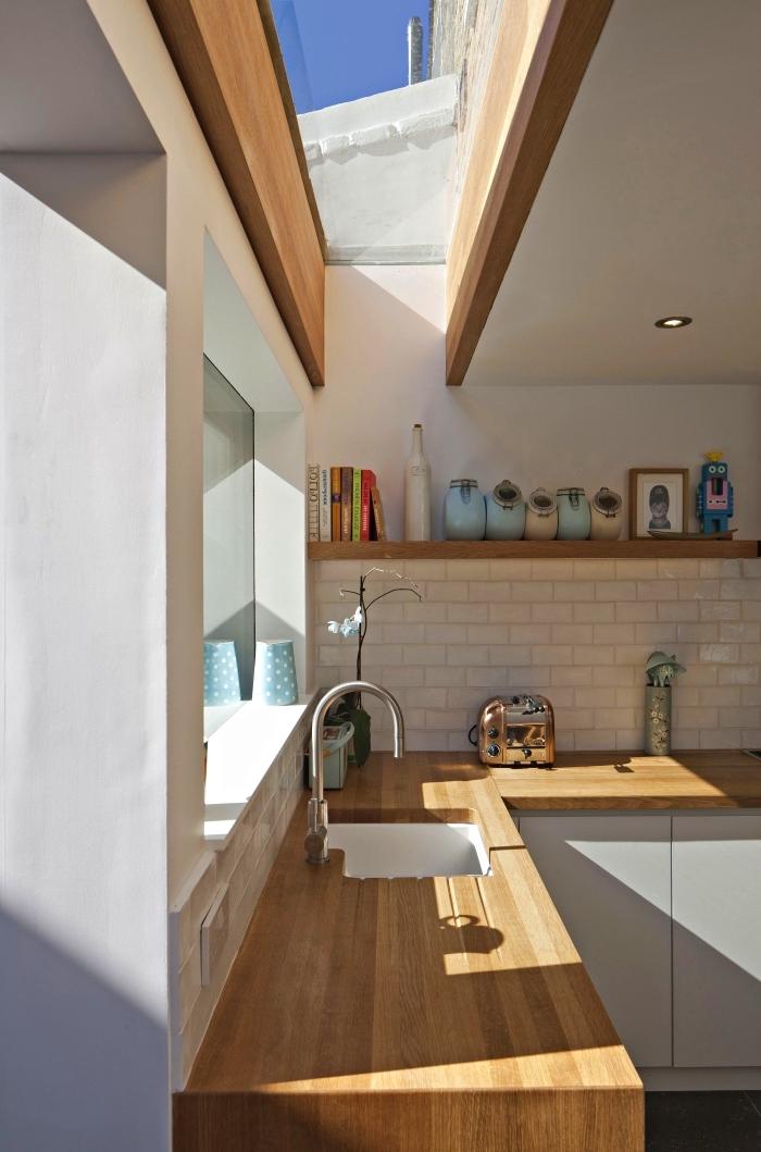 quel plan de travail cuisine choisir pour créer un intérieur chaleur aux murs blancs avec meubles de bois massif clair