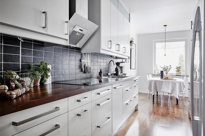idée design intérieur dans une cuisine moderne ouverte vers la salle à manger équipée aux meubles blancs