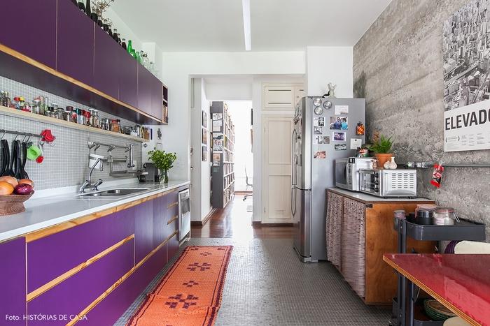 une petite cuisine d air vintage et haute en couleur, associant des placards violet et une crédence de petits carreaux gris