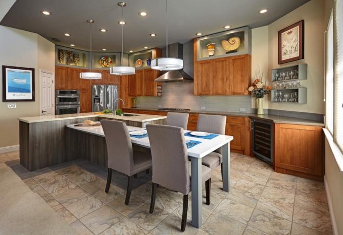 grande cuisine avec ilot, cuisine en bois et gris, carrelage au sol, chaises grises, placards en bois, plafond gris