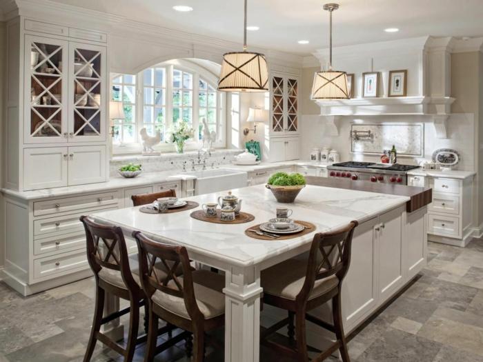 cuisine tendance style shabby chic, chaises en bois foncé, carrelage mosaique, cabinets blancs