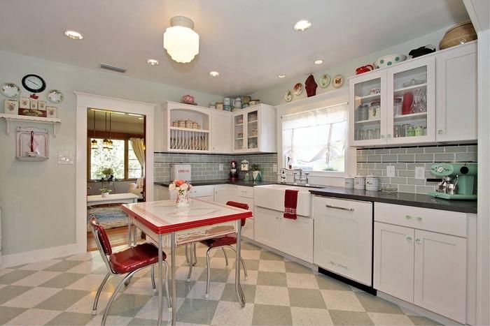 cuisine vintage d esprit bistrot avec un carrelage mural vert de gris clair qui se retrouve aussi sur les carreaux de ciment du sol, quelle couleur pour une cuisine blanche