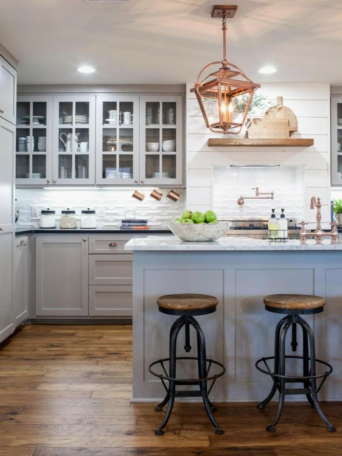 cabinets encastrables dans une cuisine en gris et blanc, ilot bleu, tabourets en bois et métal