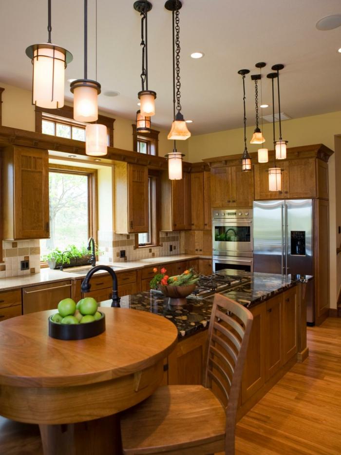 cuisine ilot central en bois et résine ou pierre de synthèse, plusieurs lampes pendantes, sol en bois
