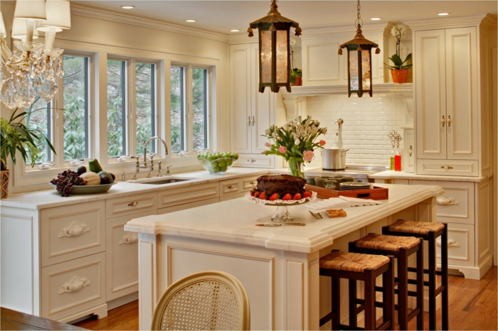 cuisine blanche super jolie, îlot de cuisine central, lanternes pendantes, cabinetterie blanche