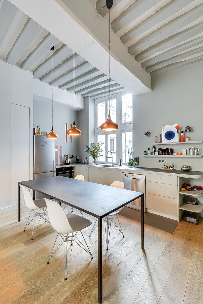 aménagement moderne d'une petite cuisine grise et blanche de style scandinave aux accents métallisés et cuivrés