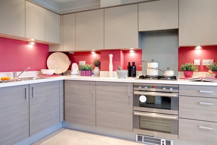 modèle de cuisine gris et rose qui associe des meubles bas au design classique avec des meubles haut sans poignées