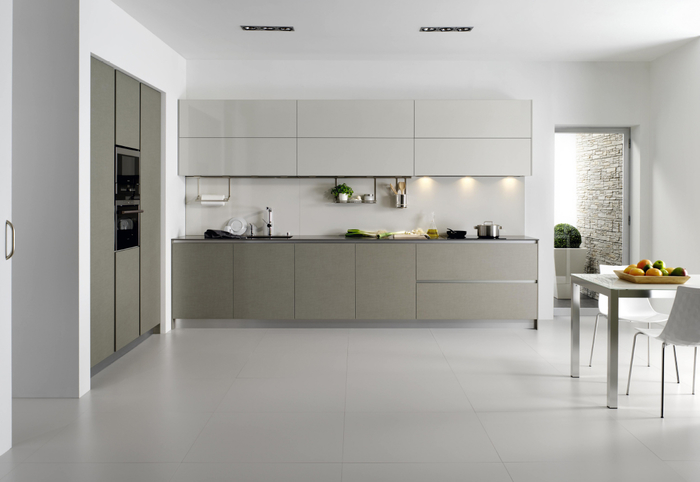 cuisine grise et blanche aux lignes épurées pour une ambiance monochrome et sophistiquée