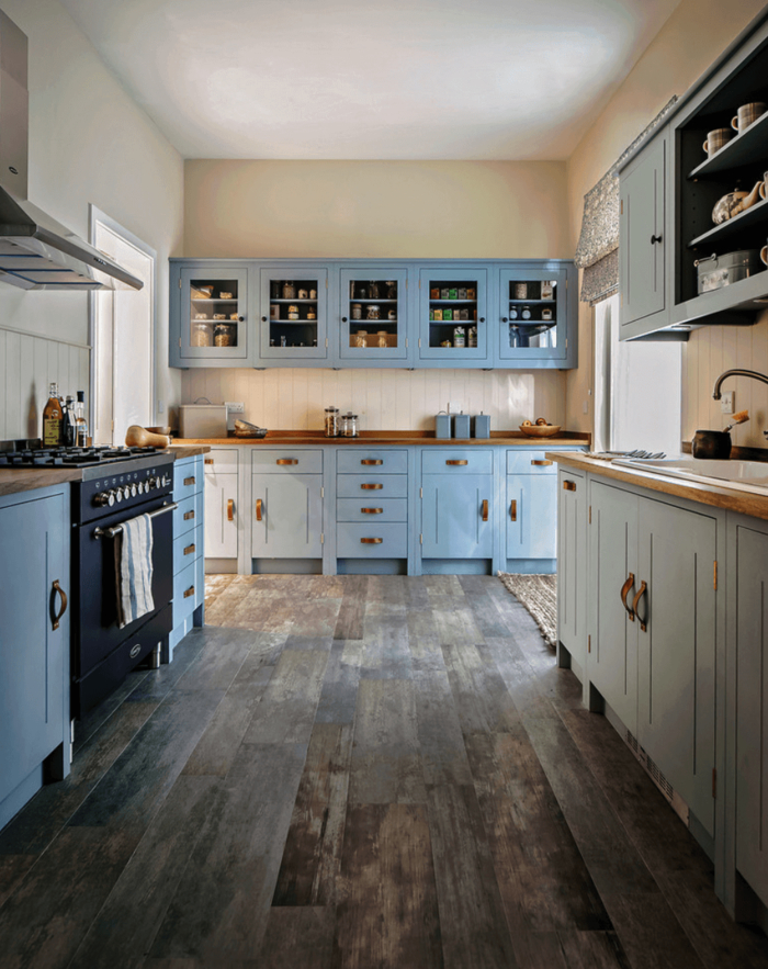 quelle couleur pour les murs d'une cuisine gris et bleu, ambiance bord-de-mer crée par l'association de meubles de cuisine gris et bleu clair, aux comptoirs en bois clair