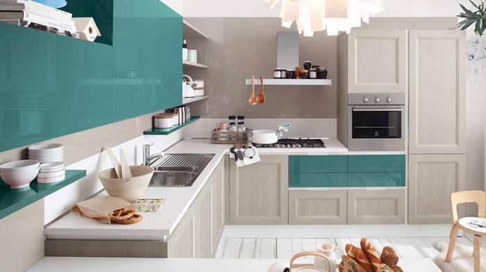 quelle couleur pour les murs d'une cuisine gris et vert canard, les touches de vert et la finition laquée sur les placards dynamisent l'ambiance monochrome de cette cuisine aux nuances de gris